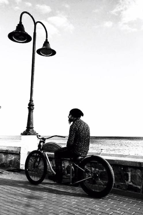 Jan cycles retrato hipster vintage custom bike blanco y negro copia