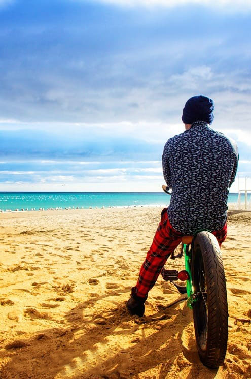 Jan cycles trasera en la playa dorada